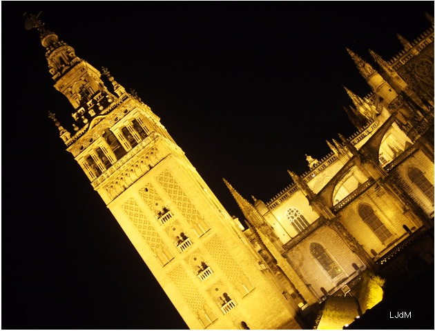 Giralda_by_night
